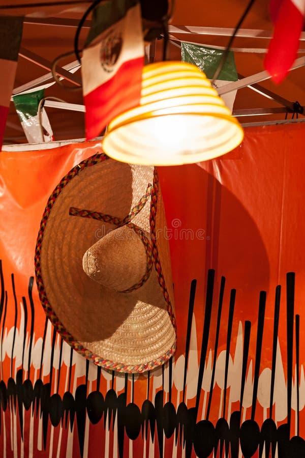Meksykański sombrero wieszający w stojaku fotografia royalty free