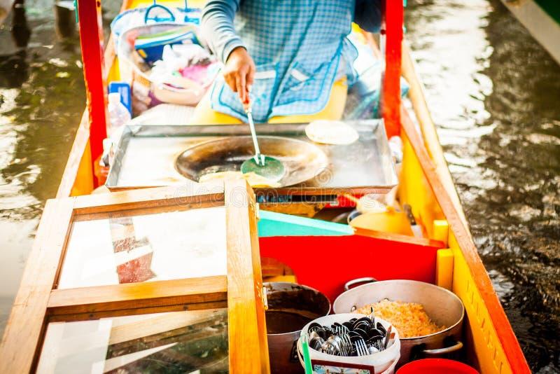 Meksykański sprzedawca jedzenie na Xochimilco gondoli trajinera obraz royalty free