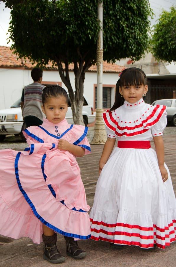 Meksykańskie dziewczyny w tradycyjnych sukniach obraz stock