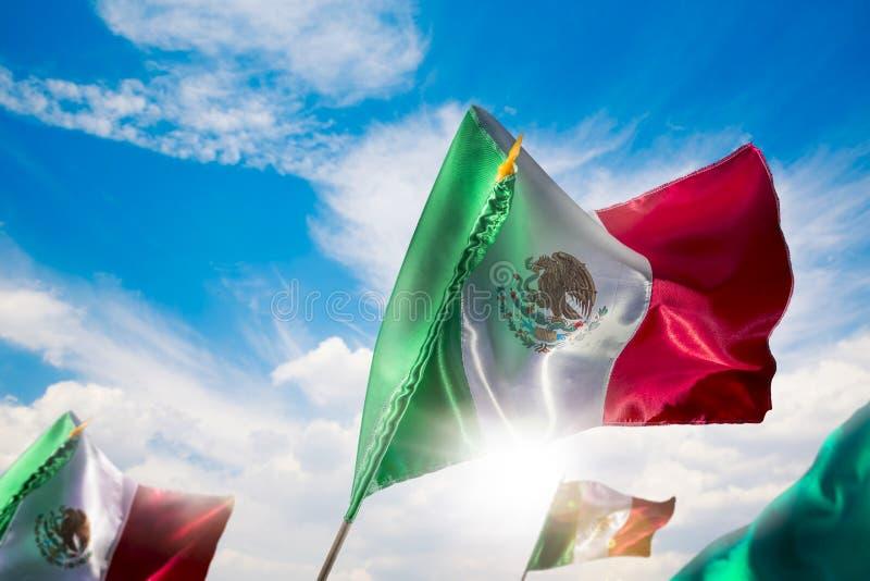 Meksykańskie flaga przeciw jaskrawemu niebu, dzień niepodległości, Cinco De M zdjęcie stock