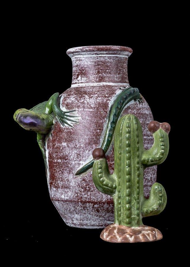 Meksykańskiego rękodzieła czerwona waza z zieloną iguaną i kaktusem zdjęcia stock