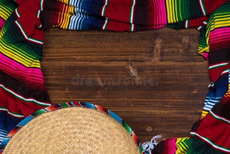 Meksykanin Sobrero i Serape koc na drewnianym tle z policjantem zdjęcie royalty free