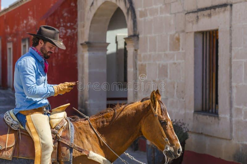 Meksykanina Charro Bardzo Przystojne pozy Przed hacjendy W Meksykańskiej wsi zdjęcia royalty free