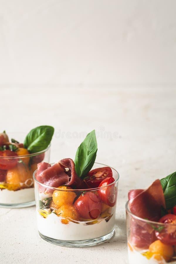 Melão do cantalupo, Tomates, aperitivo do presunto de Parma e do queijo da ricota fotos de stock