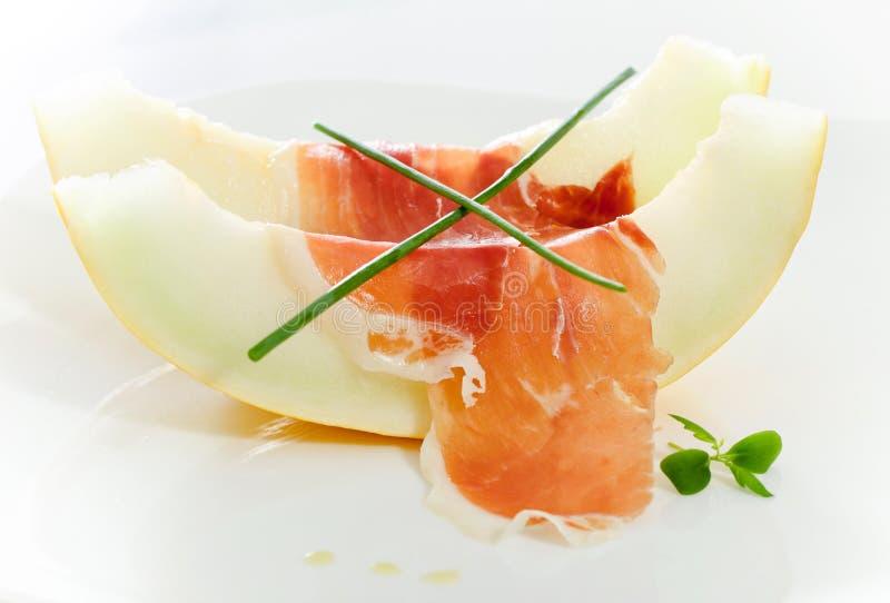 Melão e bacon cortados deliciosos fotografia de stock royalty free
