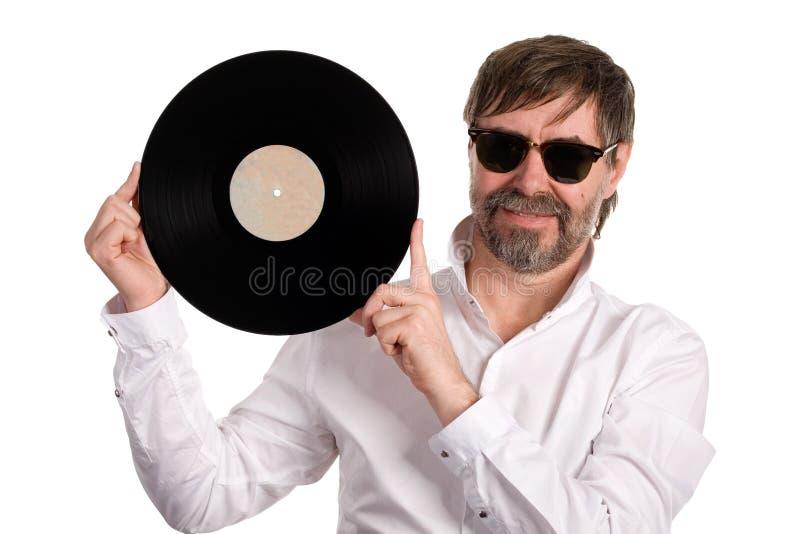 Melómano com um disco velho do vinil foto de stock royalty free