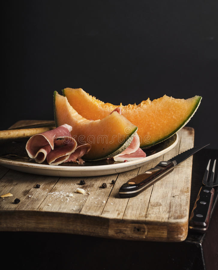 Melón anaranjado con el prosciutto imágenes de archivo libres de regalías