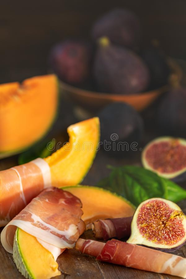 Melón del cantalupo cortado con el Prosciutto Aperitivo italiano foto de archivo libre de regalías