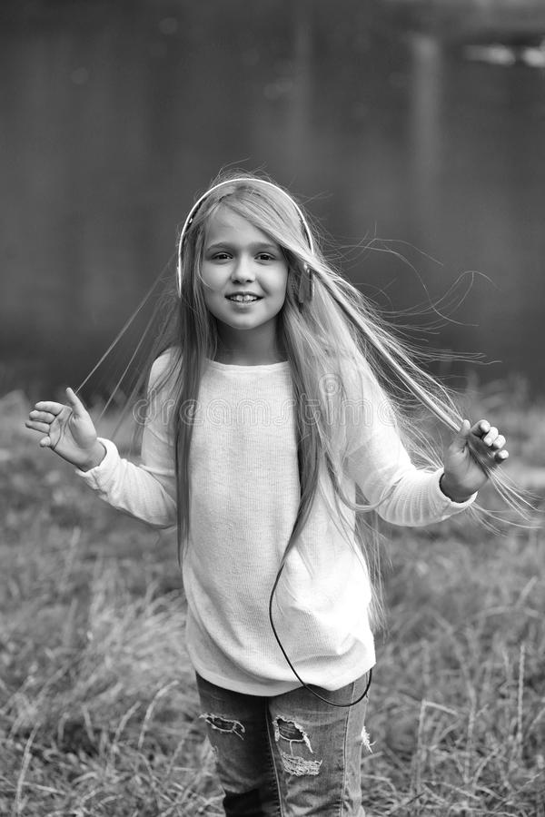 Melômano da menina, menina pequena no hearphone da música imagens de stock royalty free