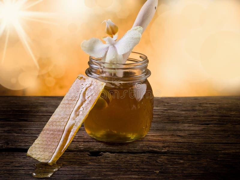 Mel com cera de abelha e flor foto de stock