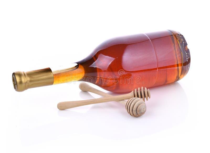 Mel de madeira da colher, frasco do mel no fundo branco fotografia de stock royalty free