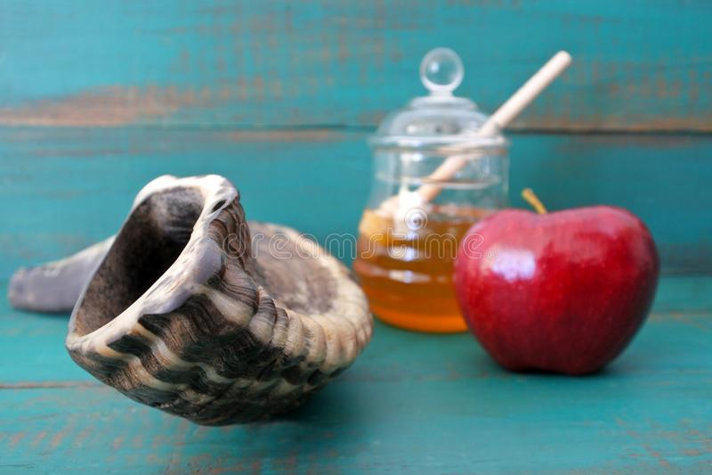 Mel e maçã do Shofar em um fundo de turquesa fotos de stock