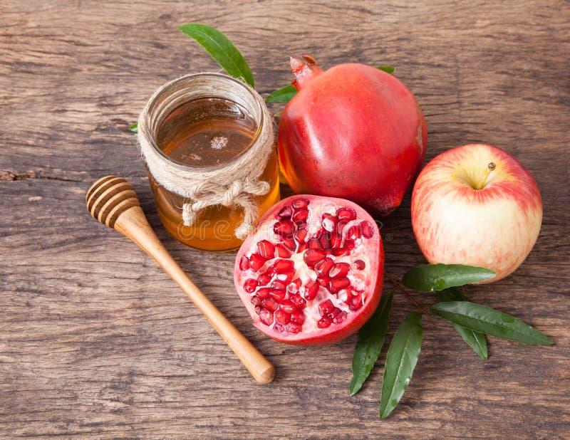Mel, maçã e romã isolados para o feriado tradicional ha fotos de stock