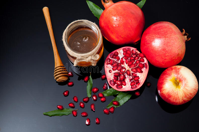 mel, maçã e romã para o feriado tradicional ha fotografia de stock