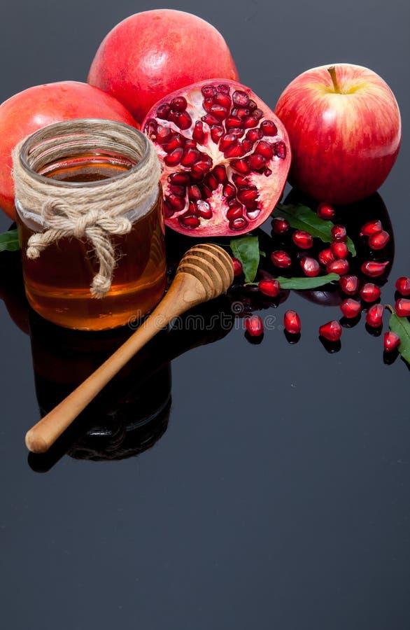 mel, maçã e romã para o feriado tradicional ha fotos de stock