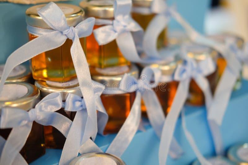 Mel no mini frasco para o convidado no casamento foto de stock