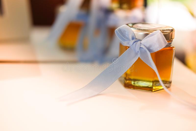 Mel no mini vidro para o convidado no casamento foto de stock royalty free