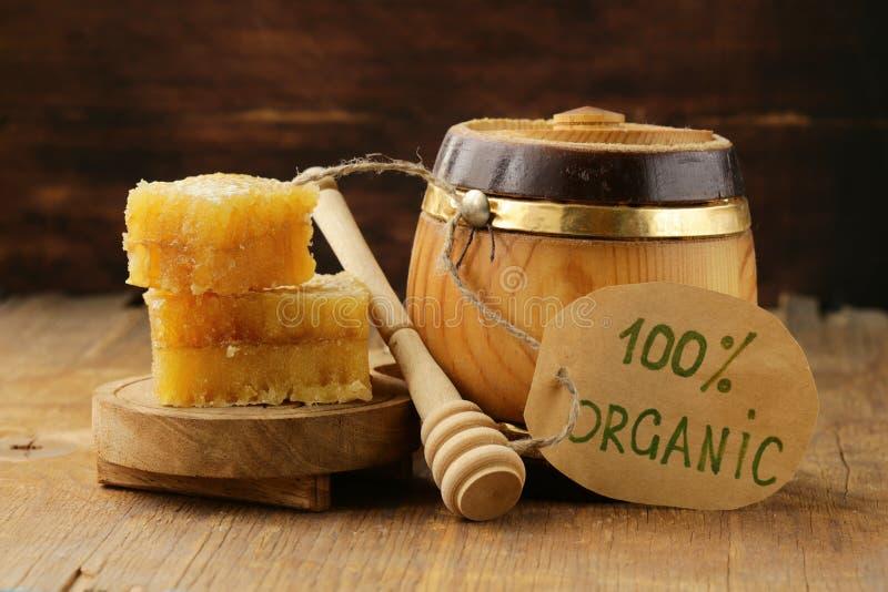 Mel orgânico natural no pente fotos de stock royalty free
