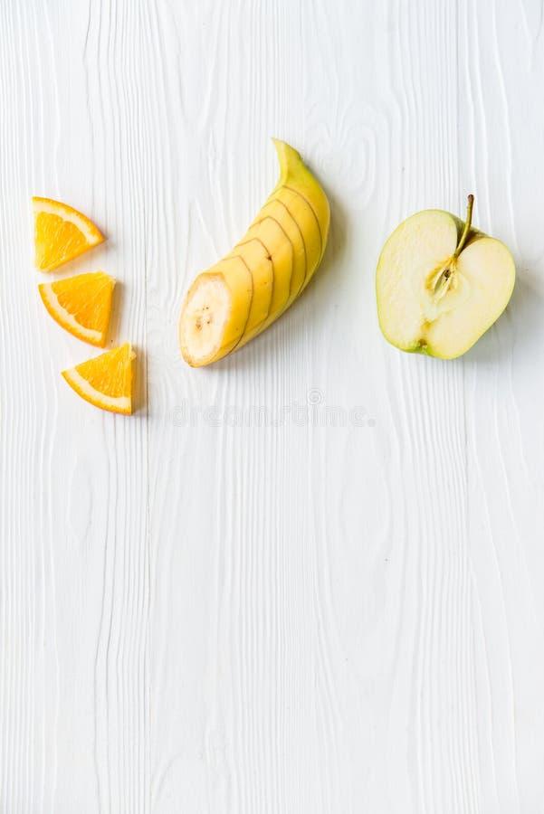 Mela, arancia e banana affettate su bianco immagini stock