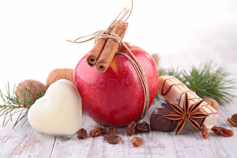 Mela, biscotto e spezie rossi immagine stock