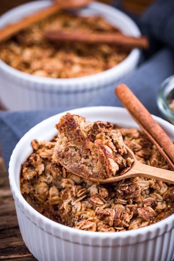 Mela cotta con l'avena, dessert sano casalingo immagine stock