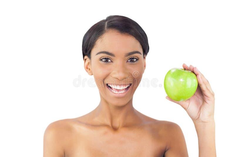 Mela di modello attraente allegra di verde della tenuta immagine stock
