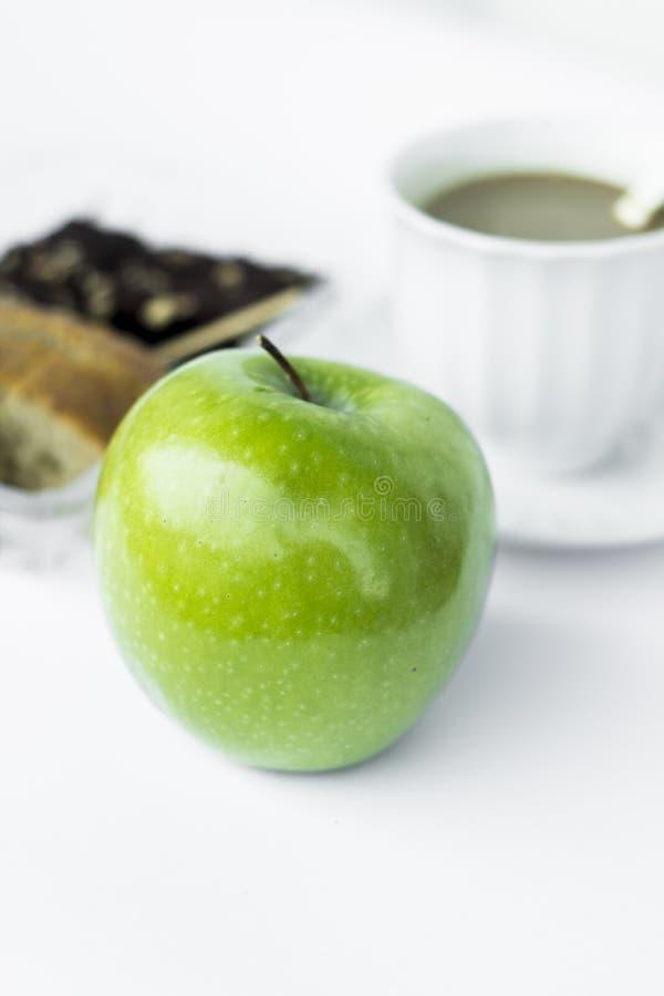 Mela e dessert verdi della pausa caffè fotografia stock libera da diritti