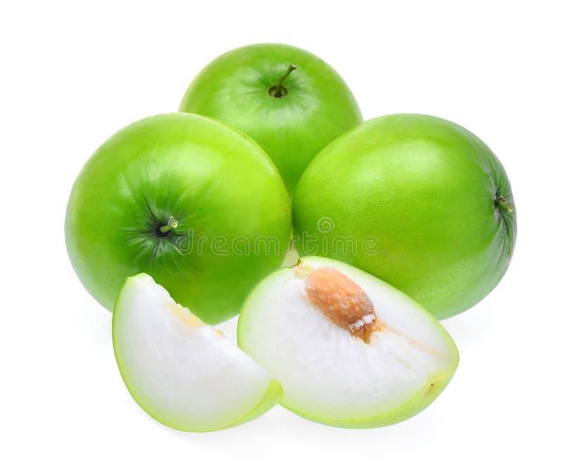 Mela fresca verde della scimmia con le fette isolate su backgroun bianco immagine stock libera da diritti