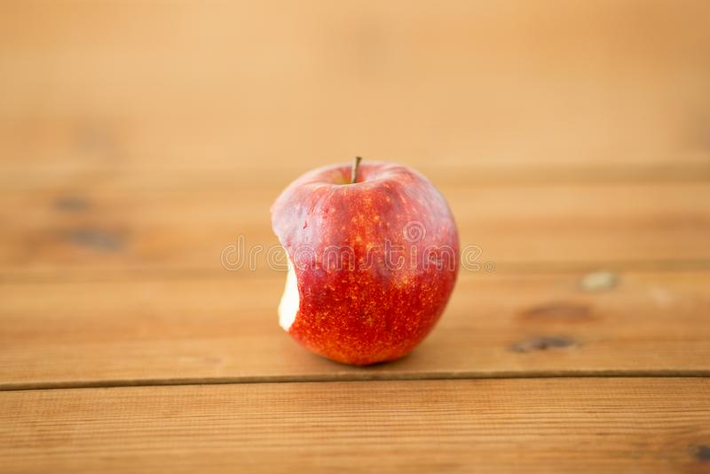 Mela pungente rossa matura sulla tavola di legno fotografie stock