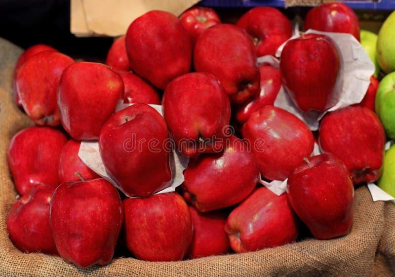 Download Mela rossa immagine stock. Immagine di macintosh, organico - 30826543