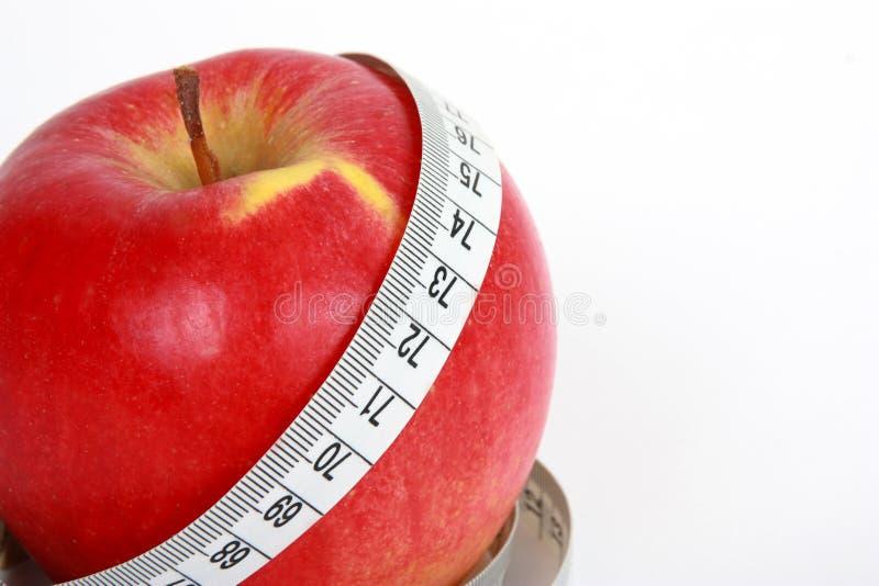 mela rossa con nastro adesivo di misura fotografia stock