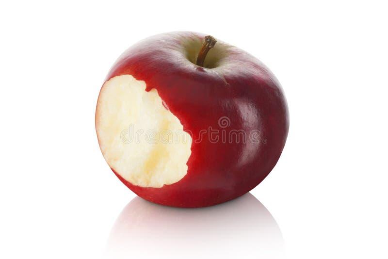 Mela rossa dolce e fresca con un morso eliminato immagine stock libera da diritti