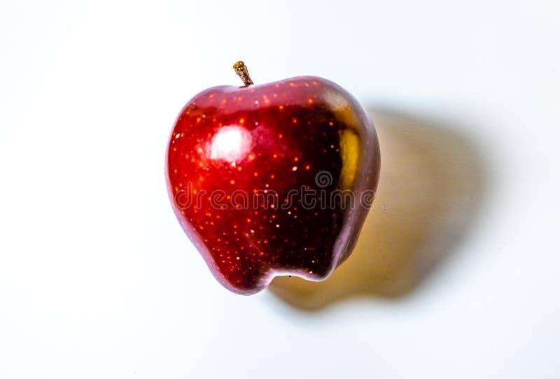 Mela rossa isolata su fondo bianco fotografia stock libera da diritti