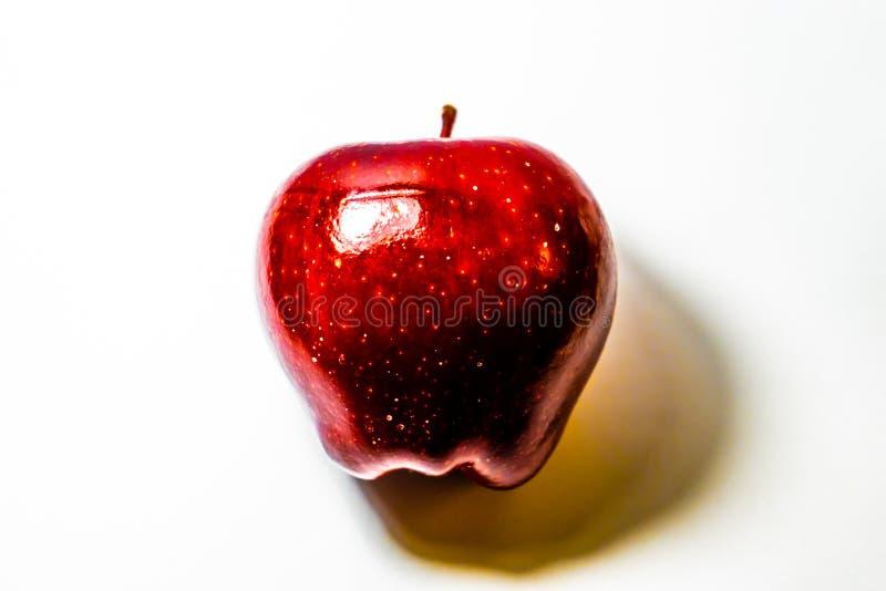 Mela rossa isolata su fondo bianco fotografia stock