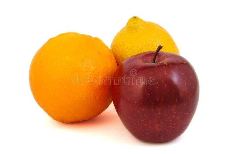 Mela rossa, limone giallo e un'arancia immagine stock