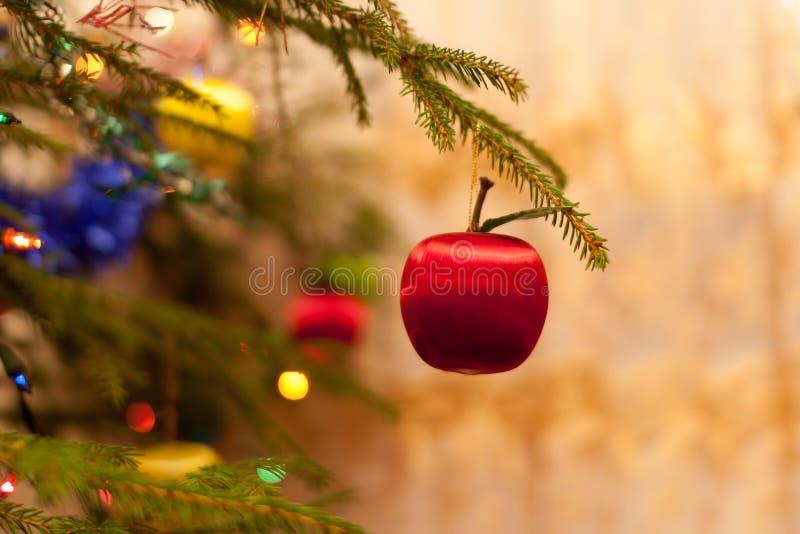 Mela rossa su un albero di Natale fotografie stock libere da diritti