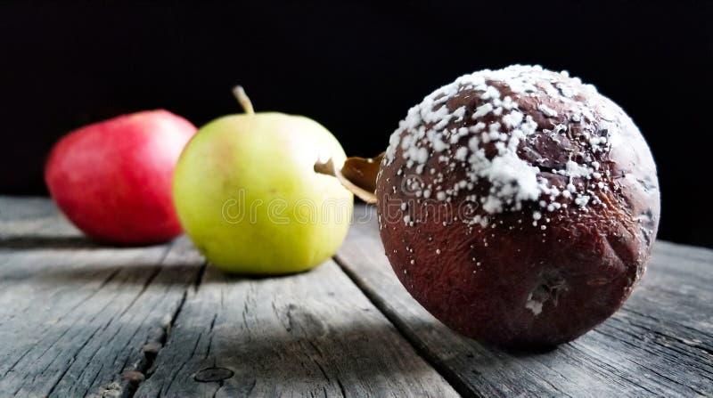 Mela rossa, verde e marcia su fondo di legno fotografie stock libere da diritti