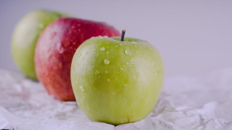 Mela succosa e deliziosa che si trova sulla tavola, frutta sulla tavola Mele su fondo bianco Il concetto di cibo sano fotografia stock libera da diritti