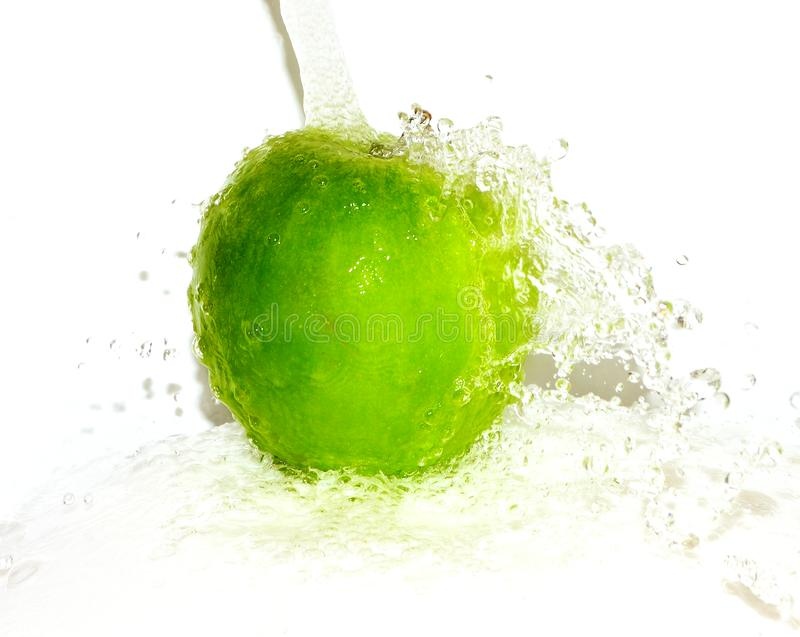 Mela verde in acqua Mela verde fotografia stock