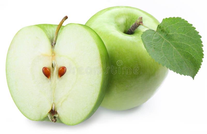 Mela verde con la metà fotografia stock libera da diritti