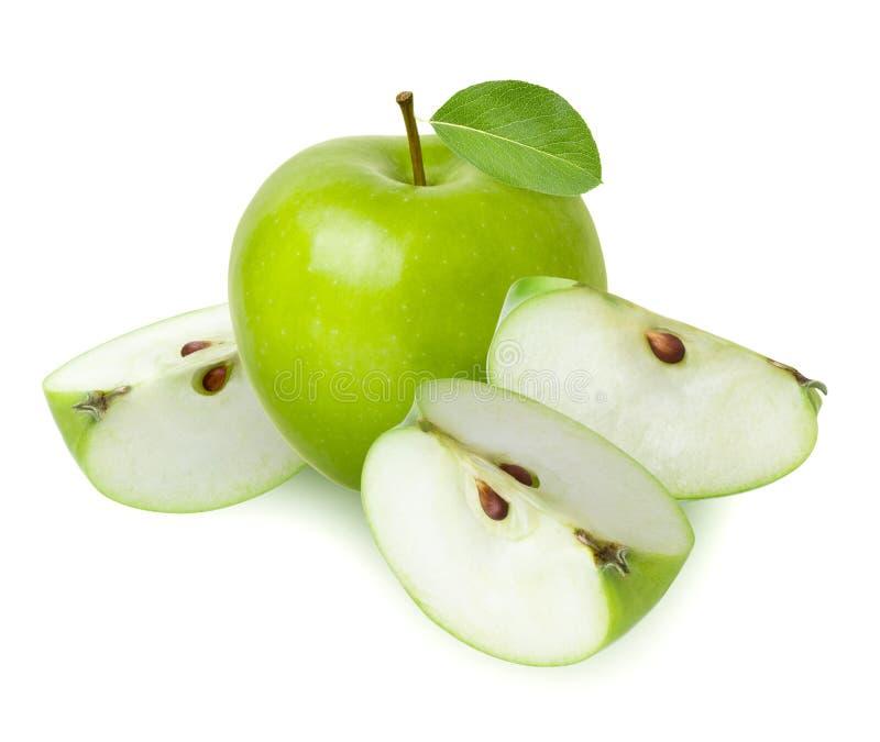 Mela verde isolata L'intera una frutta ed ha tagliato tre fette succose con la foglia fresca isolata su fondo bianco, primo piano immagine stock
