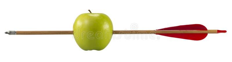 Mela verde penetrante da una freccia fotografie stock libere da diritti