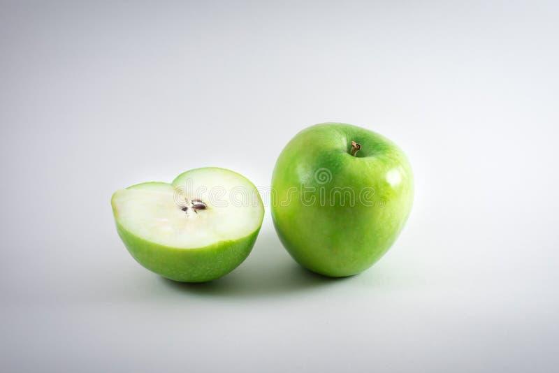 Mela verde su priorità bassa bianca immagini stock
