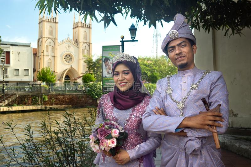 Melaka/Malaysia-19 11 2017: De malaysian bröllopparen i traditionell klänning royaltyfria bilder