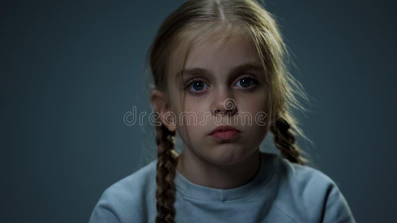 Melancholic девушка смотря камеру, прокалывая взгляд, ребенка надеясь для счастья стоковое фото rf