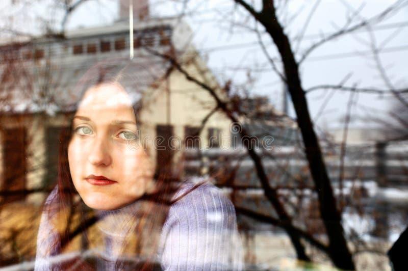 melancholic fönsterkvinna arkivbild