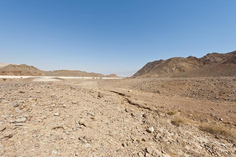 Melancholie en leegte van de woestijn in Israël stock afbeeldingen