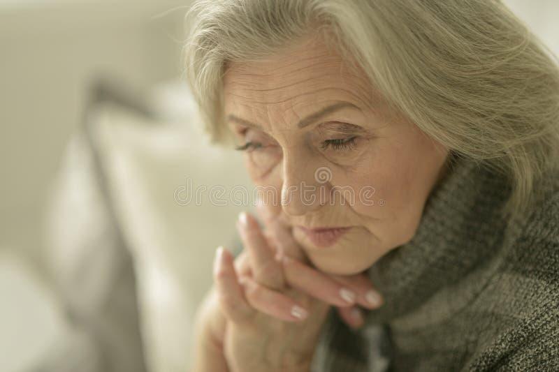 Melancholische ältere Frau stockbild