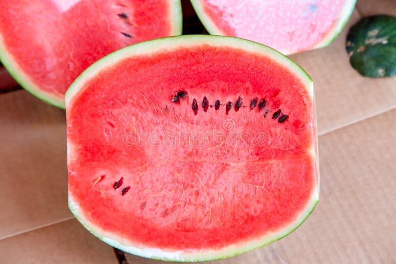 Melancia doce, alguma metade cortada Melancia no mercado Melancias orgânicas frescas em um mercado fotografia de stock royalty free