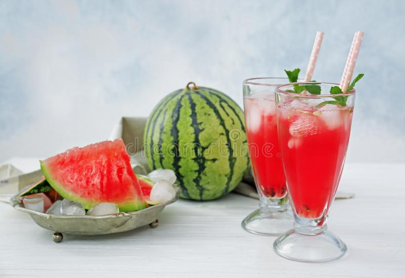 Melancia e cocktail no fundo claro fotografia de stock